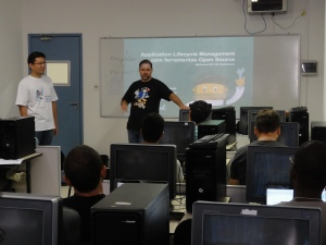 Bruno and Edson talk about ALM Open Source tools at LinguÁgil (photo by Rodrigo Souza, LinguÁgil)